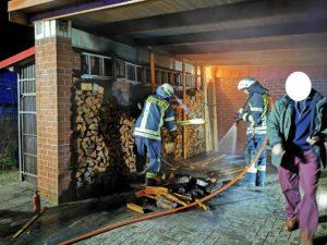 Feuer unter Carport