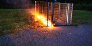 Brennende Müllgroßbehälter auf dem Gelände der Realschule